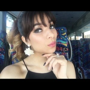 Jewelry - Off white lace flower earrings
